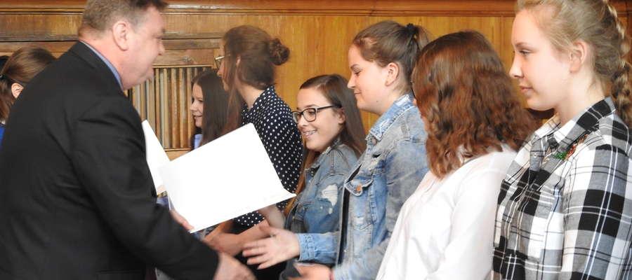 Prezydent Elbląga wręcza stypendia gimnazjalistom