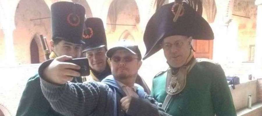 Lidzbarscy rekonstruktorzy opanowali zamek na jeden słoneczny dzień, by nakręcić film