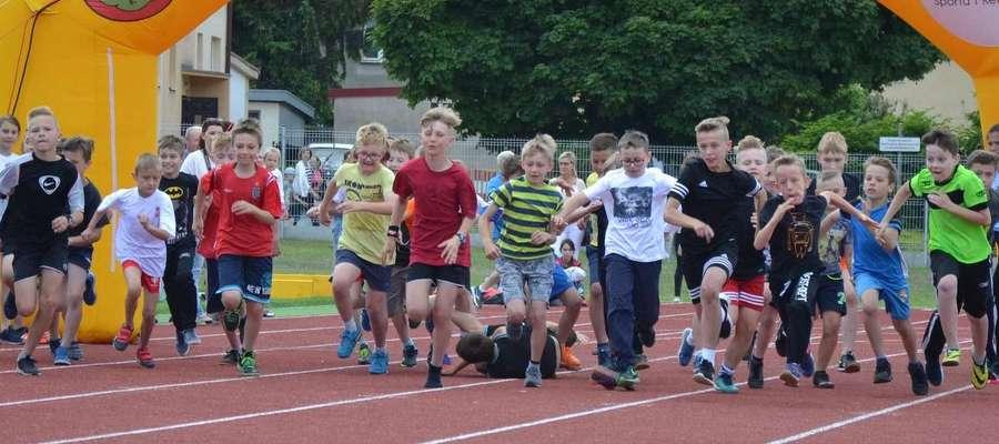 Przed i po biegu memoriałowym rozegrane zostaną biegi dla uczniów ze szkół podstawowych, gimnazjalnych i ponadgimnazjalnych