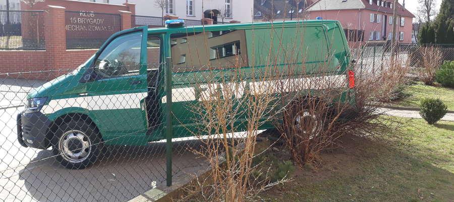 """Samochód Żandarmerii """"zaparkował"""" na płocie"""
