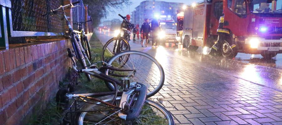 Nietypowy wypadek w Olsztynie. Czołowe zderzenie rowerzystów. Dwie osoby w szpitalu [ZDJĘCIA]