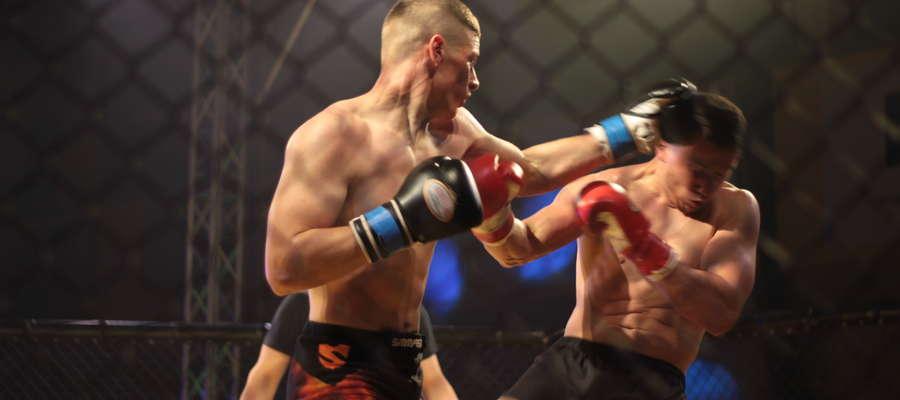 Charytatywna gala sportów walki w Kętrzynie: z lewej Sebastian Kuźniak