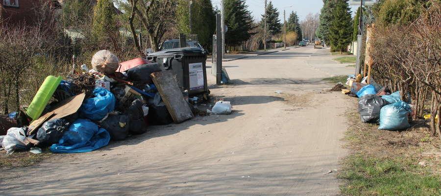 Odpady przy bramie na ulicy Kilińskiego w Giżycku