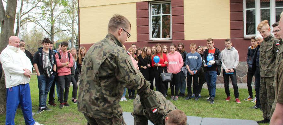 Pokaz walki i samoobrony w wykonaniu uczniów klasy mundurowej LO w ZDZ w Giżycku