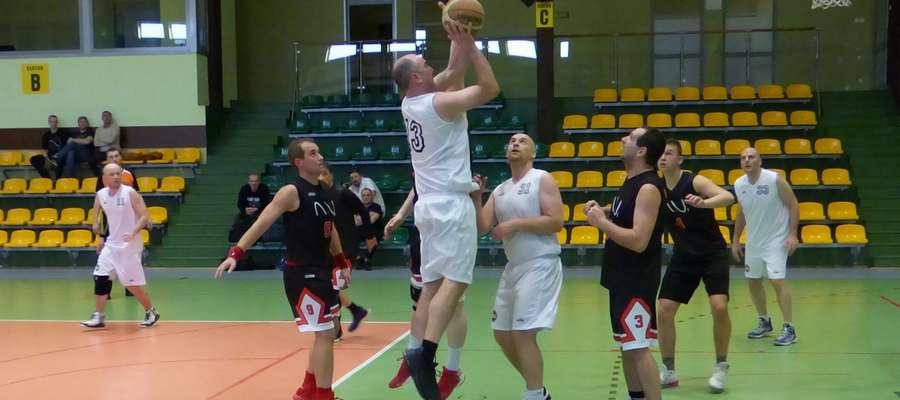Koszykarze Kramu (białe stroje)  awansowali na 3 miejsce w ligowej tabeli