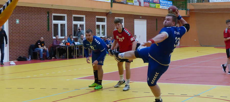 Najwięcej bramek (10) w meczu z MOSiR-em rzucił dla Jezioraka Maciej Malinowski, tu akurat podczas wykonywania karnego w spotkaniu ze Szczypiorniakiem