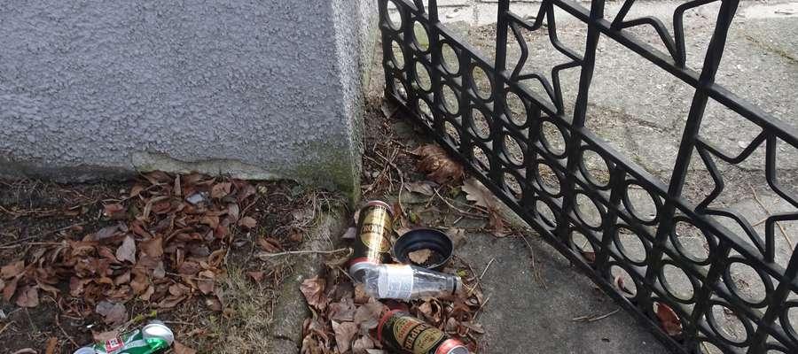 Śmieci przy wejściu na wojskowy cmentarz przy Szarych Szeregów
