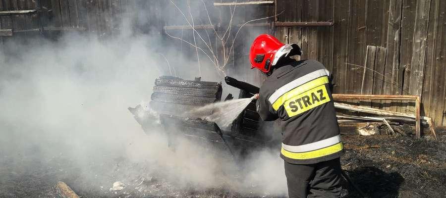 Ogień z podpalonych traw w Jarandowie przeniósł się na stodołę. Strażakom udało się ją uratować
