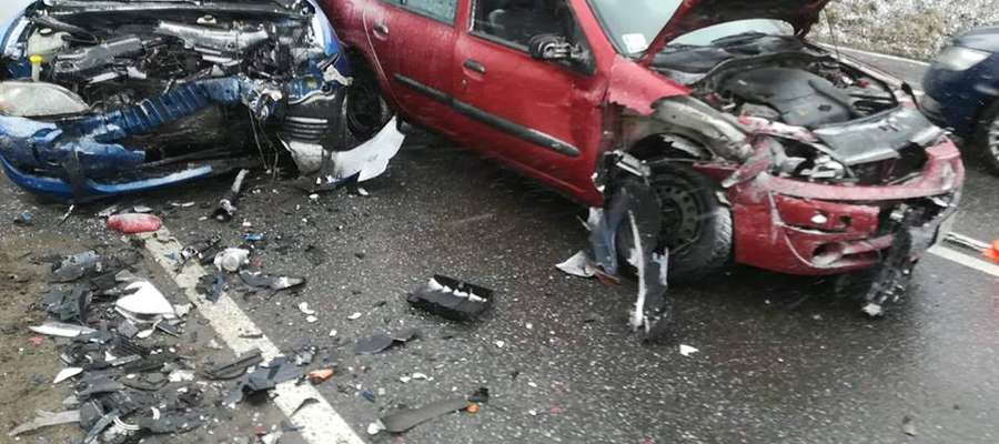 W Bagienicach na drodze krajowej nr 16 doszło do zderzenia dwóch samochodów osobowych. W wyniku zdarzenia 3 osoby zostały poszkodowane i przewiezione do szpitali w Mrągowie i Biskupcu.