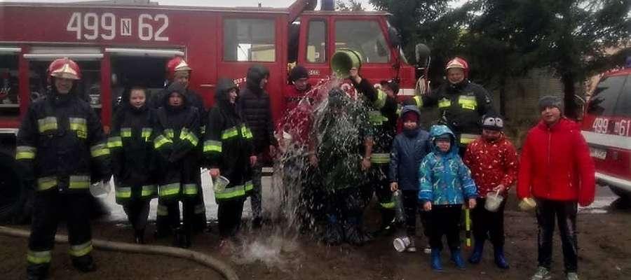 W Lany Poniedziałek strażacy z Sorkwit nie żałuja wody