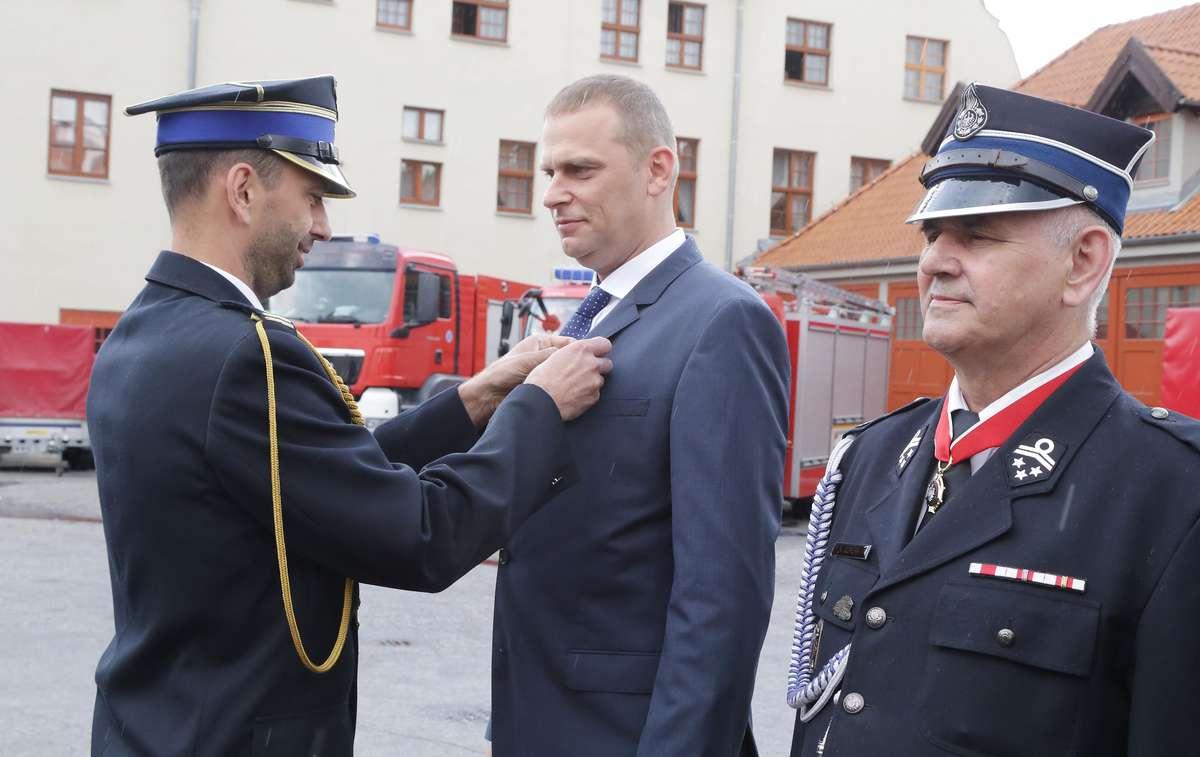 Olsztyn - Uroczysty Apel z okazji Dnia Strażaka w Olsztynie, wręczenie nagród i medali Nz. Paweł Drankowski