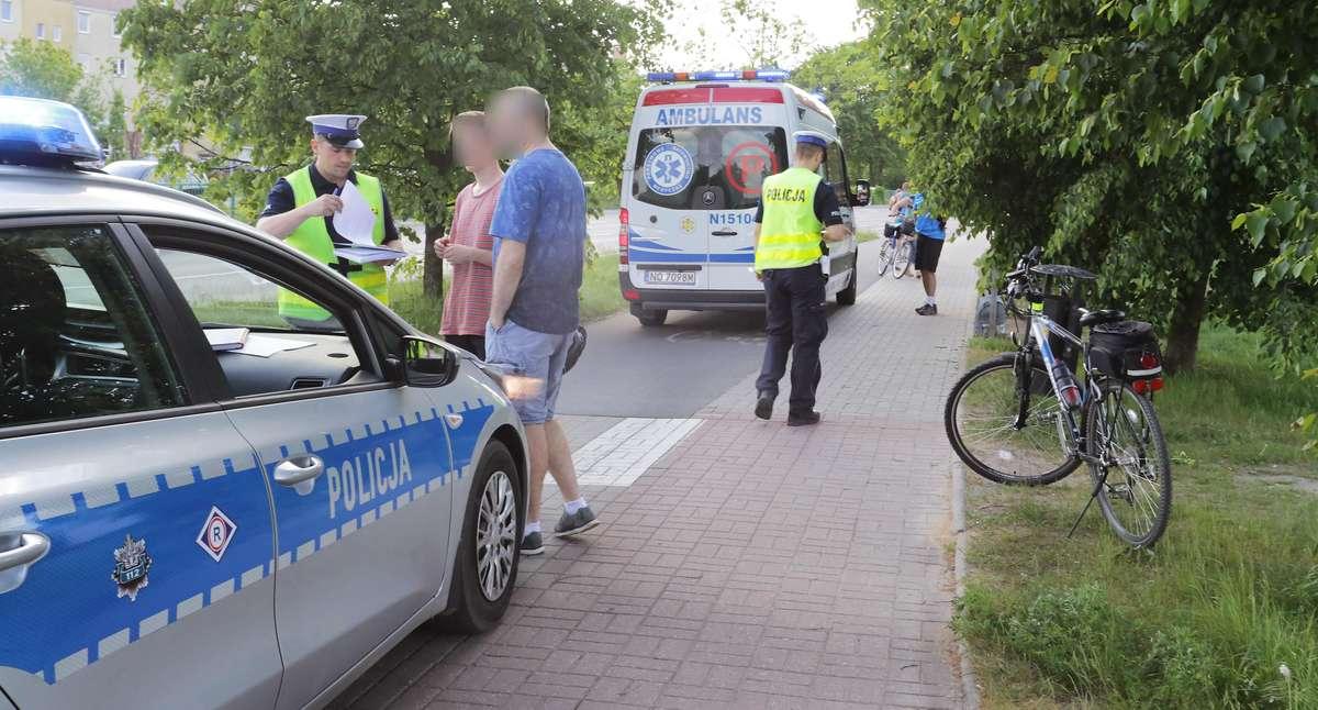 Wypadek rowerzyści Tobruku  Olsztyn-17-letni rowerzysta przejeżdżając przez przejście dla pieszych na Obrońców Tobruku wjechał na śnieżkę rowerową i zajechał drogę dwóm rowerzystom. Zderzył się z kobietą która trafiła z urazem nogi do szpitala. Sprawa zna