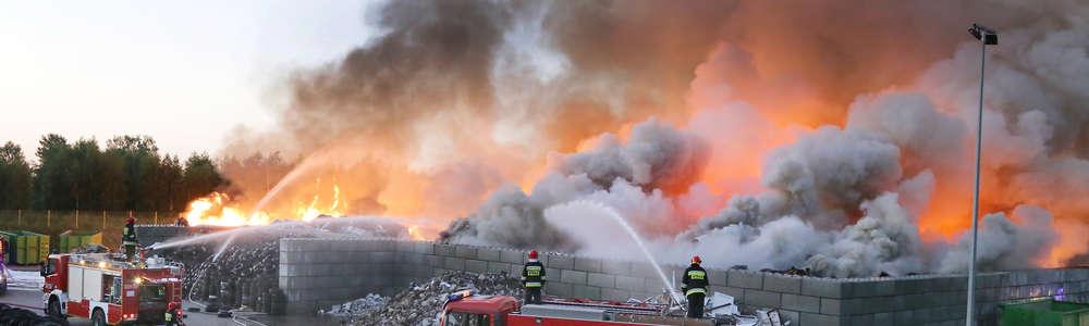 Ogromny pożar w sortowni śmieci w Olsztynie. Z ogniem walczy kilkadziesiąt zastępów straży pożarnej [ZDJĘCIA, VIDEO]