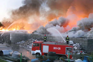 Ogromny pożar w sortowni śmieci w Olsztynie. Z ogniem walczyło kilkadziesiąt zastępów straży pożarnej [ZDJĘCIA, VIDEO, AKTUALIZACJA]