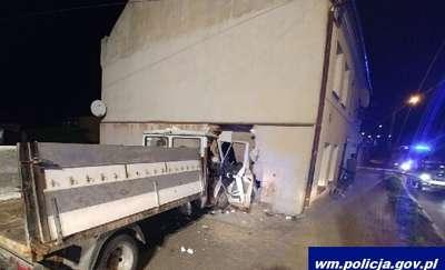 Cudem uniknęli tragedii. Kompletnie pijany kierowca wjechał w ich dom [ZDJĘCIA]