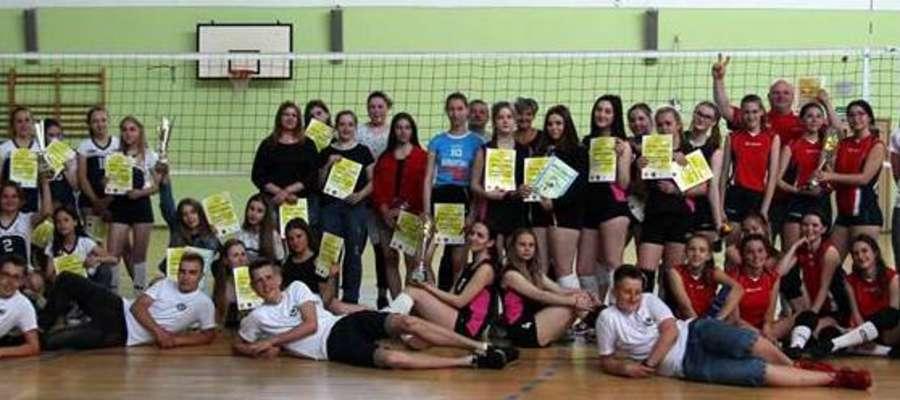 Uczestnicy Międzyszkolnego Turnieju Siatkówki w Ornecie