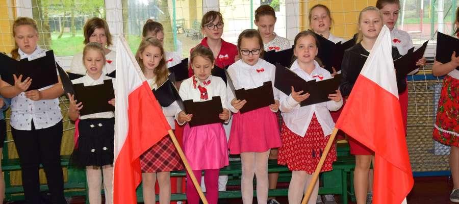 W Szkole w Dłutowie z okazji Święta 3 Maja przygotowano uroczysty apel