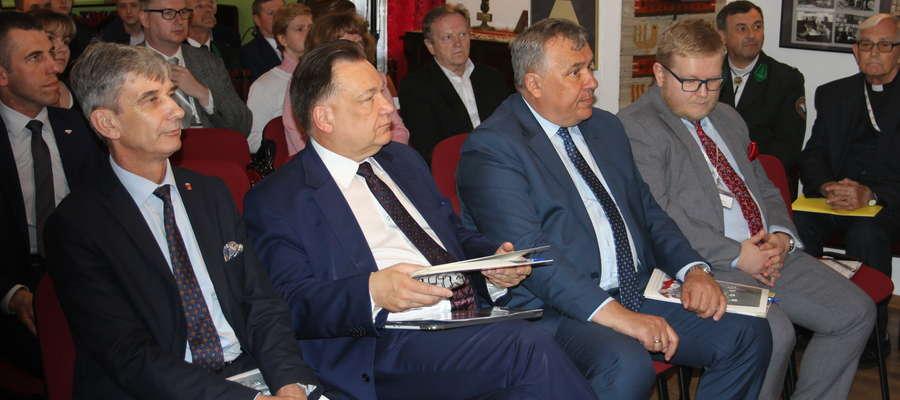 Od lewej: burmistrz Andrzej Szymański, marszałek Adam Struzik, dyrektor Jan Rzeszotarski oraz dr Arkadiusz Meller