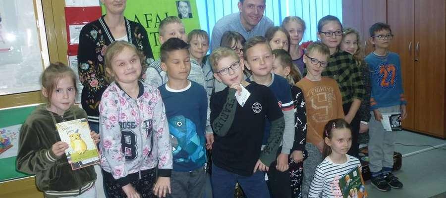 Po spotkaniu dzieci mogły kupić książki autorstwa gościa. Rafał Witek chętnie pozował do zdjęć z uczniami