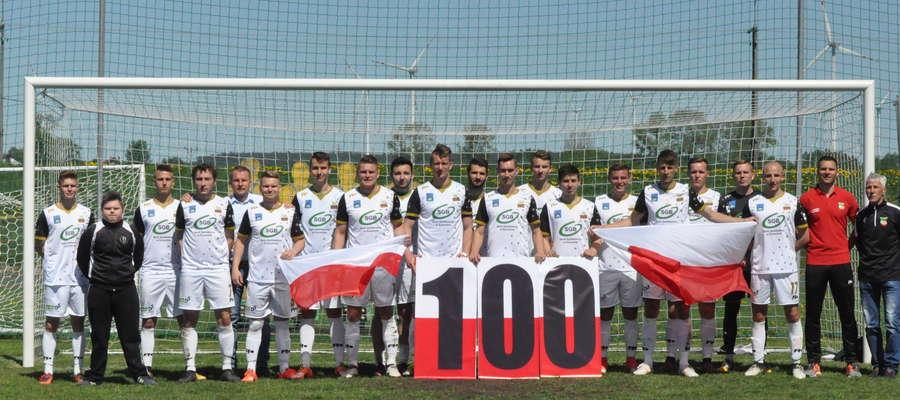 Wkra Żuromin uczciła 100-lecie odzyskania Niepodległości zdobyciem setnej bramki w rozgrywkach fot. mo