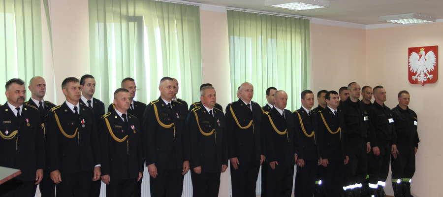 Strażacy przed wręczeniem odznaczeń oraz awansów