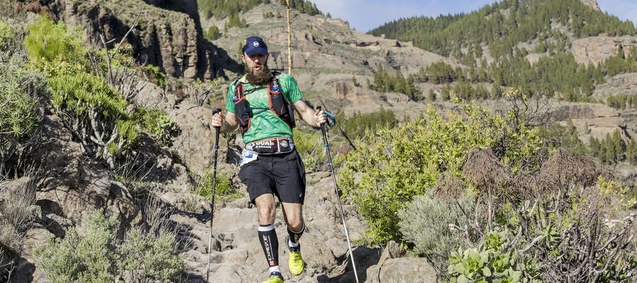 """""""Może góry oddadzą mi to, co w nich zostawiłem"""". Lubawianin ukończył 130-kilometrowy ekstremalny bieg na Wyspach Kanaryjskich"""