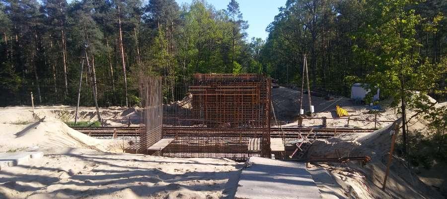 Od momentu, kiedy betonowa płyta spadła na tory, niemożliwy jest dojazd drogą wojewódzką z Miłomłyna do Samborowa