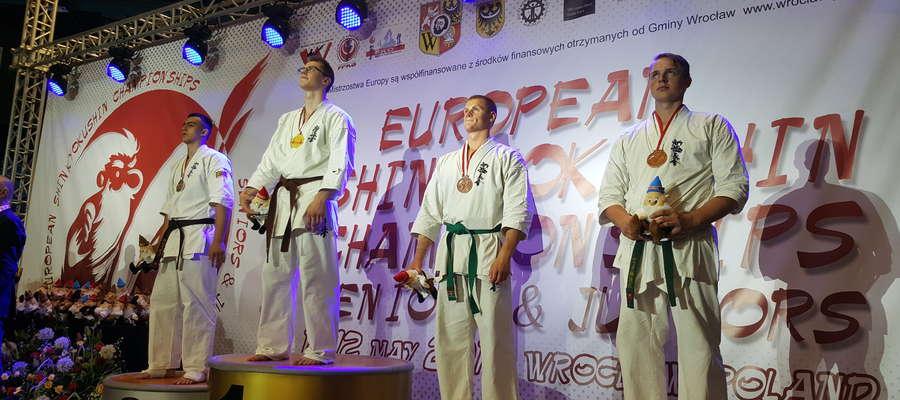 Dawid Pażuś (pierwszy z prawej) na podium mistrzostw Europy juniorów w karate shinkyokushin