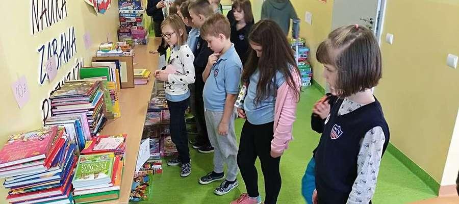 """Uczniowie """"Piątki"""" wzięli udział w kiermaszu książek, puzzli i gier"""