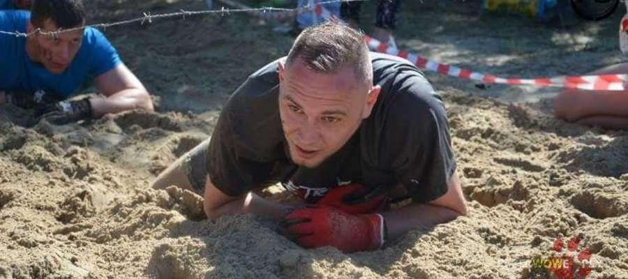 Marcin Tomczyk na trasie 5-kilometrowego biegu przez przeszkody