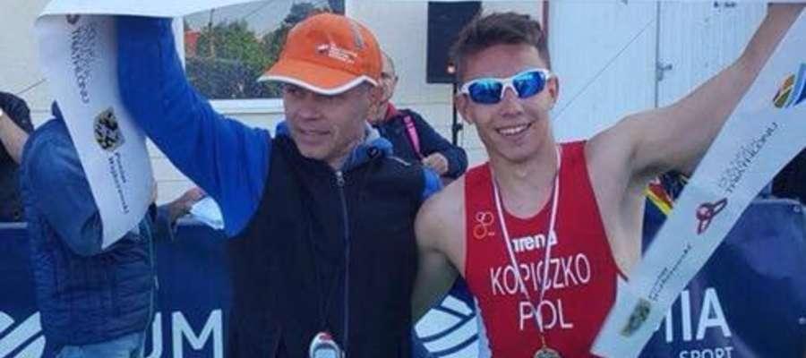Trener Radosław Burza (z lewej) i Maksymilian Kopiczko tuż po zdobyciu złotego medalu przez zawodnika Orki Iława