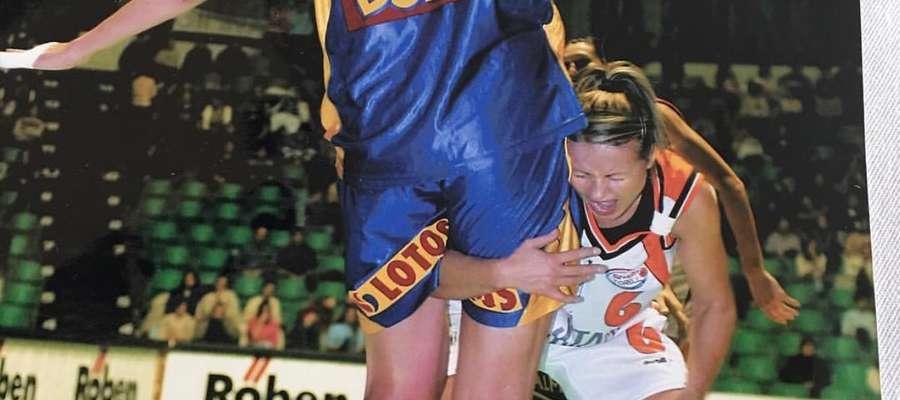 Beata Krupska-Tyszkiewicz, podczas meczu meczu ekstraklasy, próbuje przejść legendę polskiej koszykówki, niezapomnianą Małgorzatę Dudek