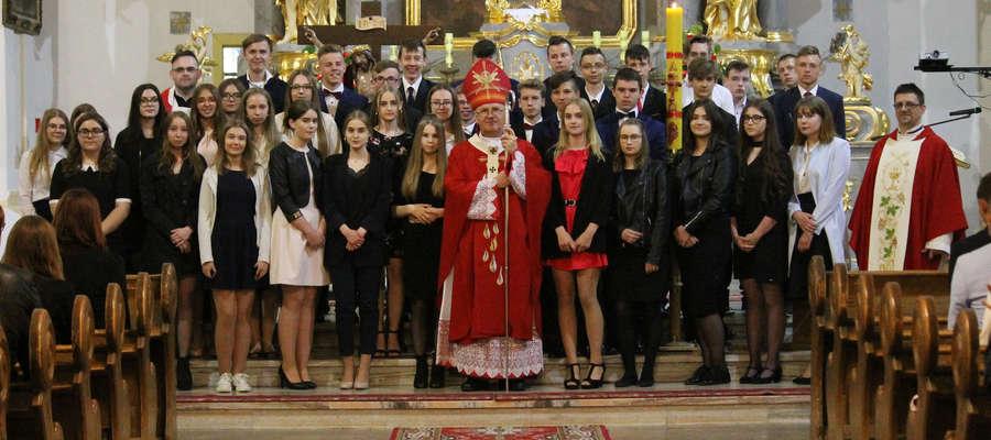 Pamiątkowe zdjęcie przystępujących do bierzmowania w kościele w Bisztynku.
