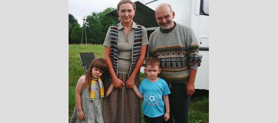 Nina i Adrian z filmową mamą Joanną Fertacz i filmowym tatą Mariuszem Czajką