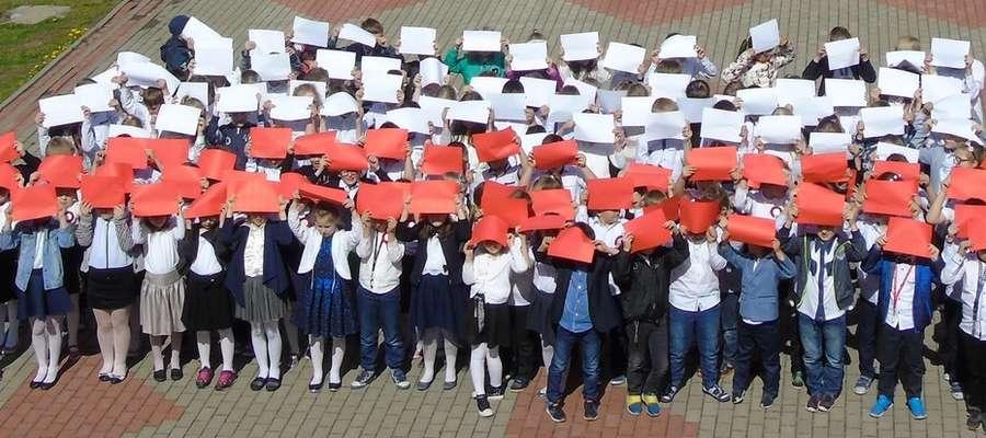 Uczniowie ułożyli biało - czerwoną flagę