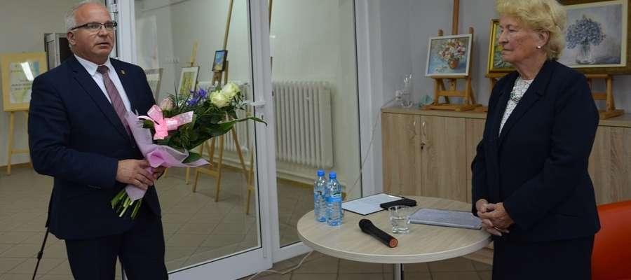 Kwiaty pani Marii wręczył burmistrz Józef Blank