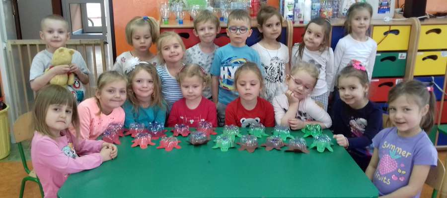 Dzieci prezentują swoje prace wykonane z odpadów