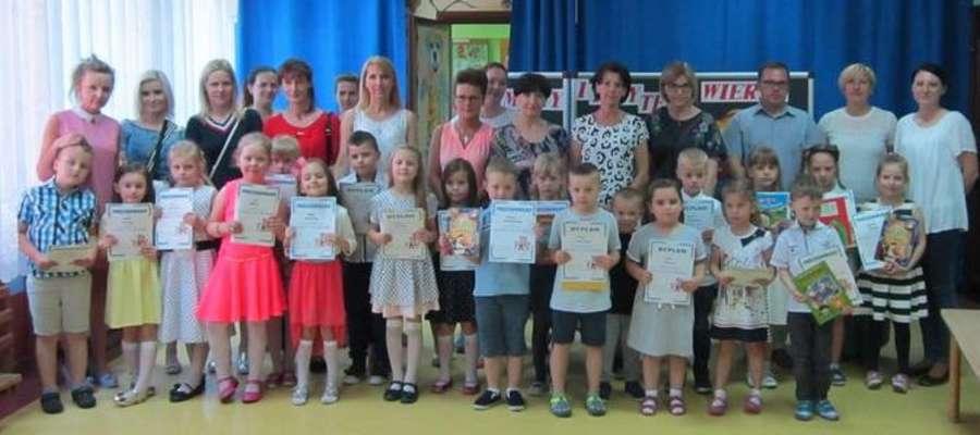 Na pamiątkowej fotografii po konkursie w przedszkolu