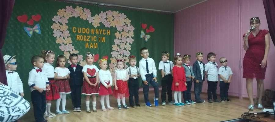 Dzieci podczas występu dla rodziców