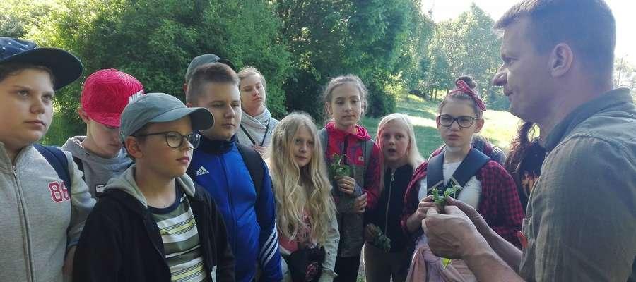 Młodzi przyrodnicy na zajęciach w Bachotku