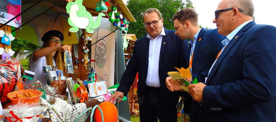 Samorządowcy z Nowego Miasta i Lidzbarka Welskiego odwiedzają stoiska poszczególnych miast