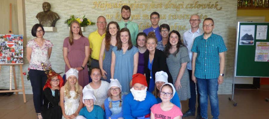 Na pamiątkowej fotografii na szkolnym holu