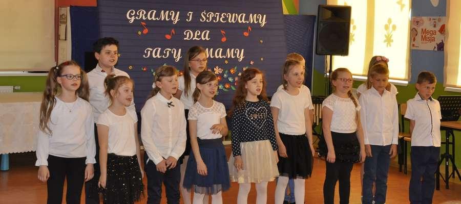 Uczniowie śpiewali i grali dla rodziców
