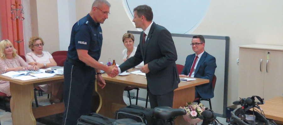 Burmistrz Jacek Wiśniowski przekazał rowery komendantowi powiatowemu nadkom. Piotrowi Koszczałowi