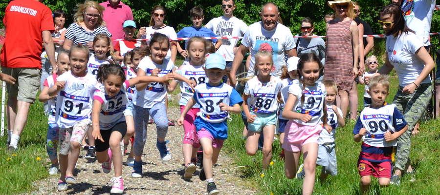 Wokół stawu przy Rybakówce rywalizowały dzieci, kiedy na trasie półmaratonu byli dorośli