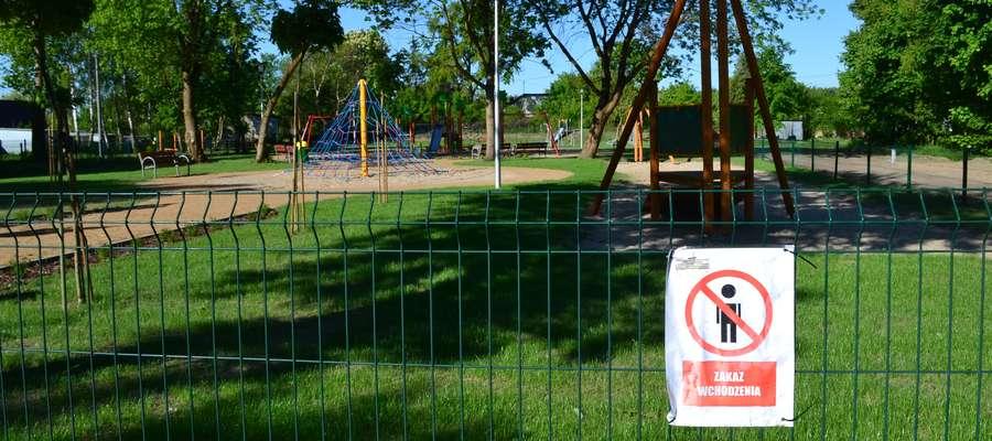 """Na ogrodzeniu placu we wtorek 8 maja znajdowała się tabliczka """"zakaz wchodzenia"""""""