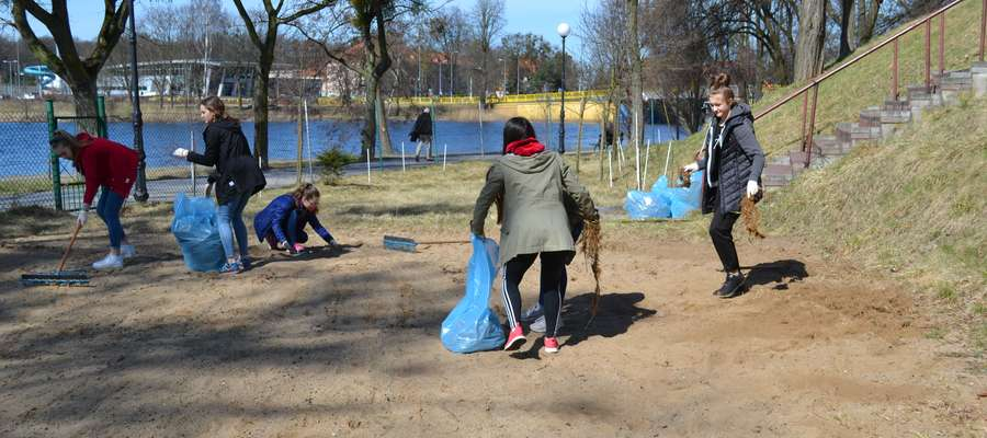 Siatkarki Zrywu jak co rok posprzątały boiska piaskowe przy iławskim Mechaniku