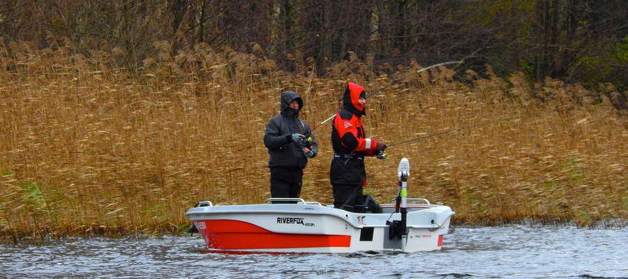 Zawody wędkarskie z łódek na wodzie Jeziora Radomno