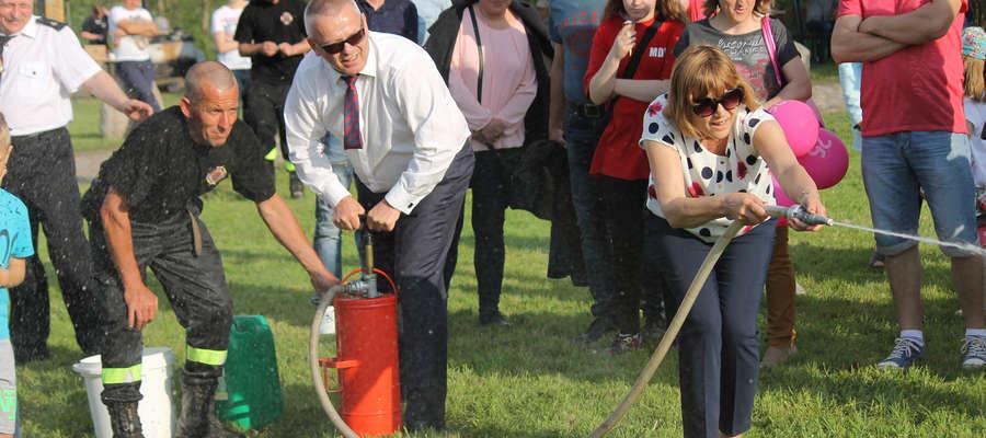 W jednej z konkurencji wystąpił burmistrz Dominiak z małżonką. Wygrał z sołtysem Troszkowa i jego małżonką.