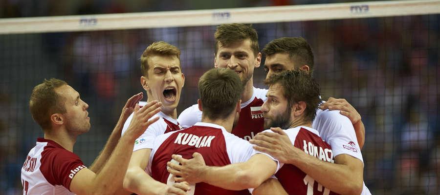 Polscy siatkarze świętują wygraną z Rosją